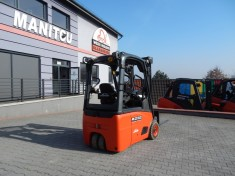Electric pallet truck with an operator platform Linde T20S
